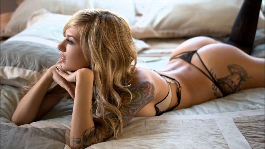 Bionda tatuata a letto