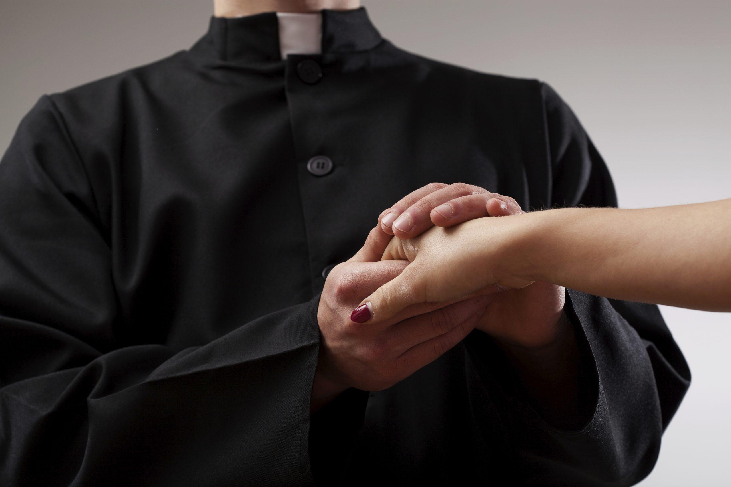 Un prete molto devoto